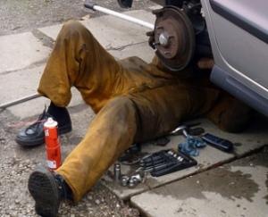 Mecánico de un taller ilegal en plena calle - Foto: www.infotaller.tv