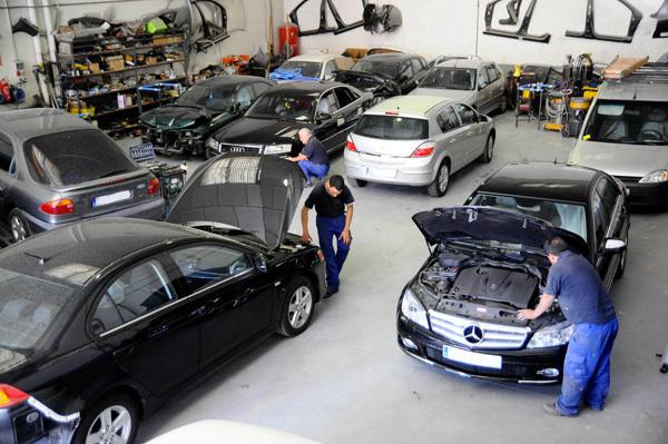 Taller de reparación lleno de coches - Fotos: www.salamancareparauto.com/