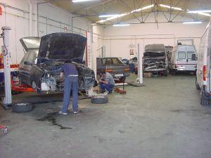 Taller mecánico en plena actividad - Foto: http://vocesdecuenca.c2csoluciones.com
