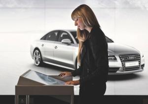 Una cliente experimentando las nuevas tecnologías de Audi City - Foto: www.digitalavmagazine.com