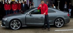 Benzema recogiendo un Audi RS5 - Foto: www.motorpasion.com