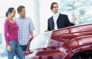 Clientes comprando un coche - Foto: www.motor.es