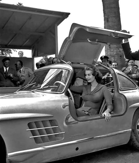 Sophia Loren abriendo la puerta de su Mercedes 300 SL Gullwing - Foto: http://uygarr.blogspot.com.es/