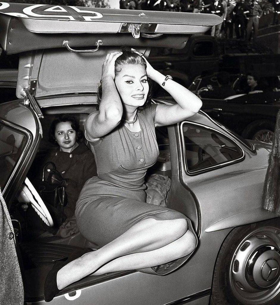 Sophia Loren entrando con dignidad en un Mercedes 300 SL Gullwing - Foto: http://uygarr.blogspot.com.es/