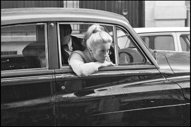 Catherine Deneuve en un coche en 1968 en Paris - Foto: http://redaccion.lamula.pe)