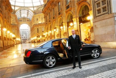 Un coche italiano a la puerta de las galerías Vittorio Emanuelle II en Milán - Foto: www.1001experiencias.com/