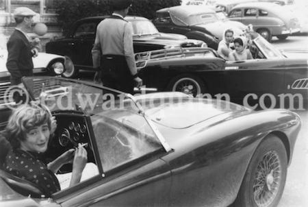 Françoise Sagan de copiloto en un AC Ace, mientras observan a la princesa Gabriela de Italia y su hermana María Pía aparcar su Ferrari 250 GT Pininfarina Series 1 - Foto: www.edwardquinn.com