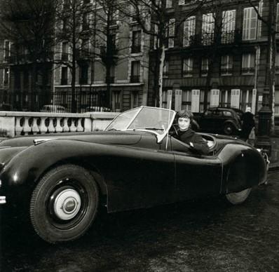 Françoise Sagan en un descapotable que parece un Jaguar - Foto: www.forum-auto.com