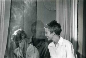 Jean Seberg mira a través del cristal a la escritora Françoise Sagan - Foto: www.tumblr.com