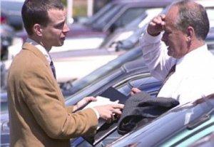 Negociando con el vendedor de coches - Foto: www.tugentelatina.com