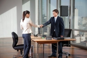 Negociar el precio de un coche con un comercial - Foto: www.respuestario.com
