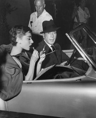 Audrey Hepburn con Humphrey Bogart en un coche - Foto: http://letmeshowyouwhatisee.blogspot.com.es