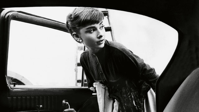 Audrey Hepburn entrando en un coche - Foto: www.dtlux.com