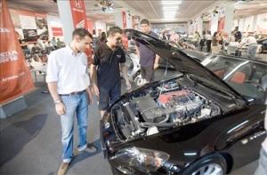 Comprobando un coche de ocasion antes de comprarlo - Foto: www.elblogdelvehiculodeocasion.es