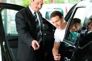 Comprando un coche nuevo en un concesionario - Foto: http://es.123rf.com/