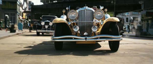 Escena de El gran Gatsby con un Duesenberg J en primer plano - Foto: http://jerrygarrett.wordpress.com