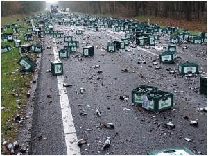 Restos de un accidente de un camión de transporte con la carga mal sujeta - Foto: http://adyma.com/
