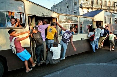 Camello de transporte público en una calle cubana - Foto: http://clikhear.palmbeachpost.com