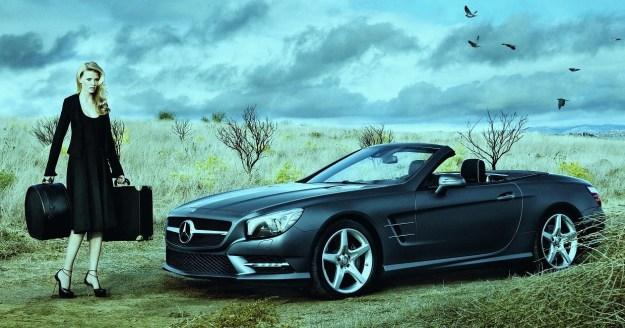 Stone con maletas y Mercedes Benz