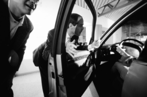Vendiendo un coche en un concesionario - Foto: http://automotive.blogs.ie.edu