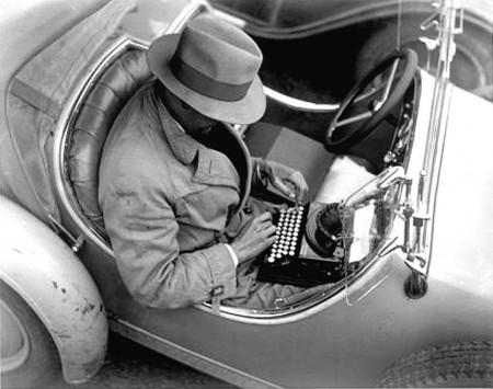 periodista-antiguo-trabajando-en-un-coche