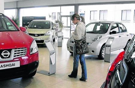 cliente-reflexiona-ante-coche
